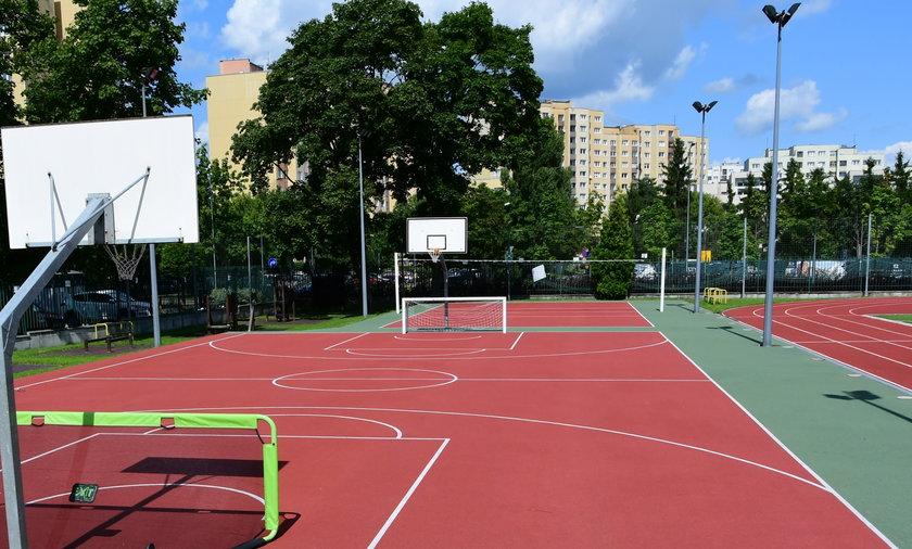 W remoncie boiska szkolnego do siatkówki i koszykówki przy Szkole Podstawowej nr 114 w Warszawie pomogły środki z budżetu województwa
