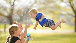 """""""On może latać!"""" - magiczne zdjęcia chłopca z zespołem Downa podbiły internet"""