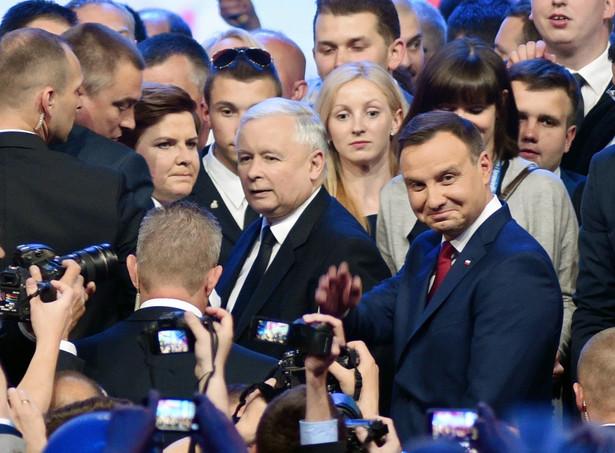 Kaczyński zabronił teraz swoim politykom atakowania Dudy. I nie chodzi tu o osobiste pretensje do prezydenta, ale o strategiczną decyzję – prezes chce, aby spór o sposób wyłaniania KRS uczynić przedmiotem fundamentalnego testu na lojalność głowy państwa.