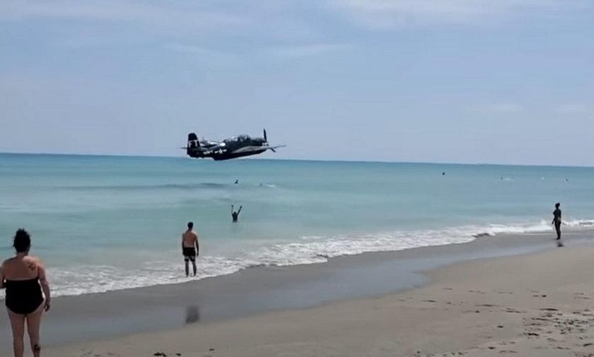 Dramat na pokazie lotniczym. Samolot lądował w oceanie. Pomiędzy ludźmi! [WIDEO]