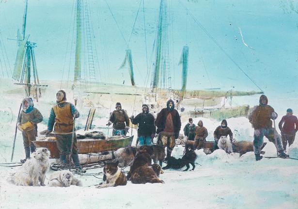 Członkowie ekspedycji, której przewodził Fridtjof Nansen. Ręcznie kolorowane zdjęcie z 1895 r.