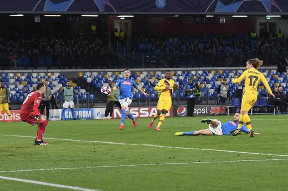 Trenutak kada Antoan Grizman postiže pogodak protiv Napolija