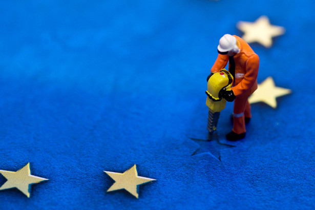 EBI to bank, którego udziałowcami są państwa członkowskie UE. Im większy gospodarczo kraj, tym większy jego wpływ na podejmowane decyzje. Udział Polski w kapitale tej instytucji wynosi obecnie 2 proc., co daje Polsce 10. miejsce wśród udziałowców i jest znacznie poniżej jej ambicji i obecnej wagi ekonomicznej.