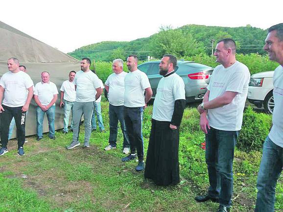 prilički sveštenik pokrenuo je akciju gradnje kuće siromašnoj porodici, obezbedio je protezu bolesnoj devojci...