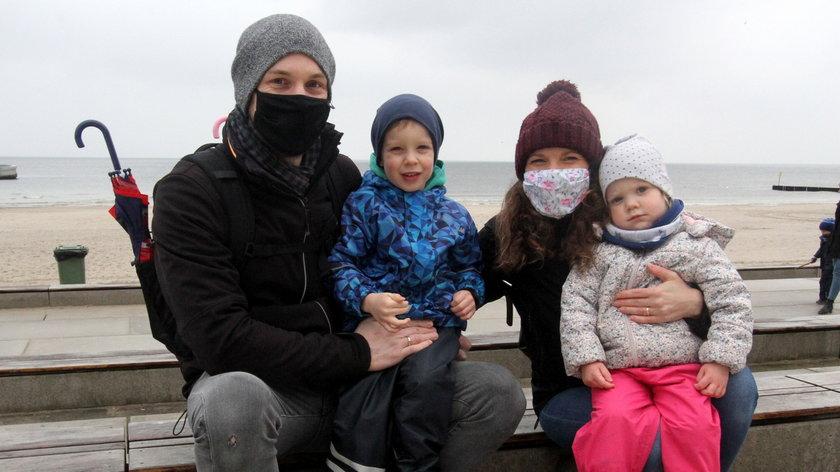 Anna(37) i Krzysztof (34) Wawrzyniak z synem Antonim(4)  i córka Marią(3) z Poznania