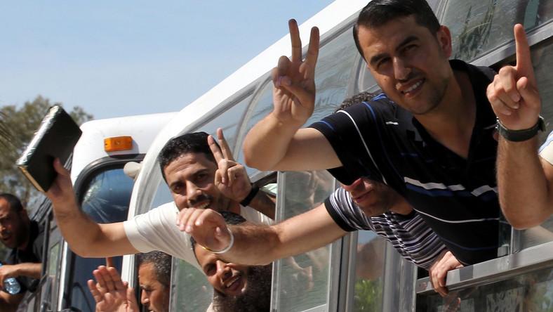 Palestyńczycy zwolnieni z izraelskich więzień przekraczają graę z Gazą