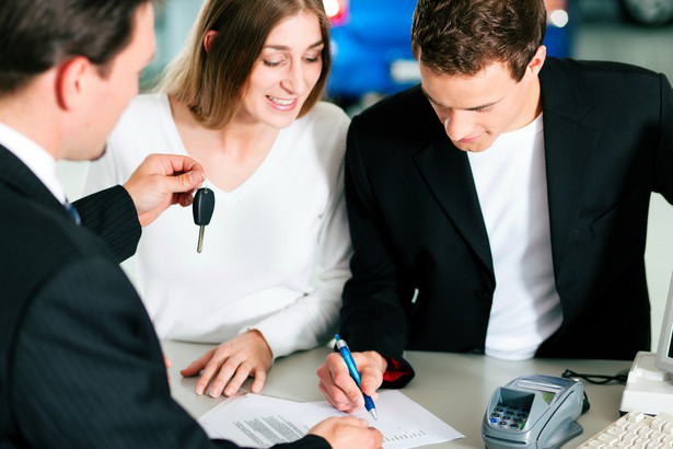Banki zabiegając o klientów coraz częściej obniżają wartość oprocentowania kredytów samochodowych i prowizji związanych z ich udzieleniem.