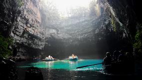 Jaskinia Melissani na wyspie Kefalonia w Grecji - jaskinia z jeziorem, po którym pływają łodzie