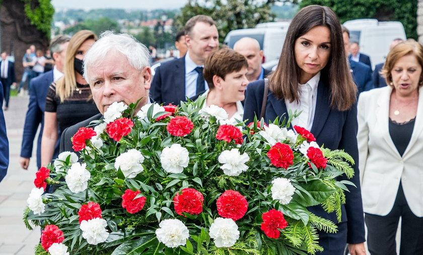 Prezes PiS Jarosław Kaczyński oraz premier Mateusz Morawiecki, a także inni politycy partii rządzącej w czwartek 18 czerwca wzięli udział w mszy św. na Wawelu z okazji 71. urodzin Lecha Kaczyńskiego.
