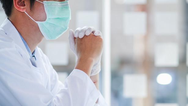 Widzimy chorujące osoby młodsze z dużymi zmianami w płucach, z zajęciem 20-40 proc. tkanki płucnej. Jest wyraźnie mniej osób starszych.