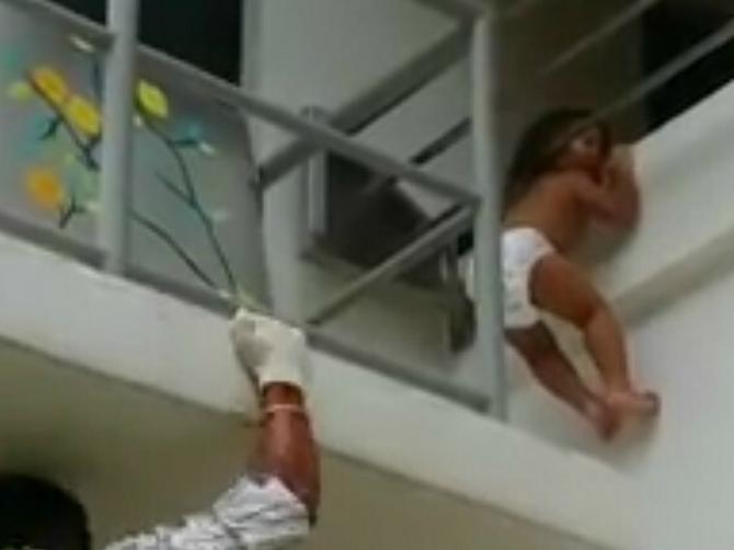 Snimak koji je obišao svet: Beba je PALA s DRUGOG SPRATA, ali tek onda je usledio ŠOK
