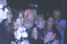 TUŽAN PRIZOR SA KOMEMORACIJE Rade Šerbedžija plakao u tišini, jedva stoji na nogama, prizor slama srca (VIDEO)