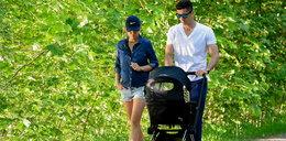 Lewandowscy z dzieckiem na spacerze
