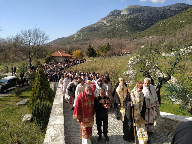 Dušan nosi vladiki Grigoriju mitru