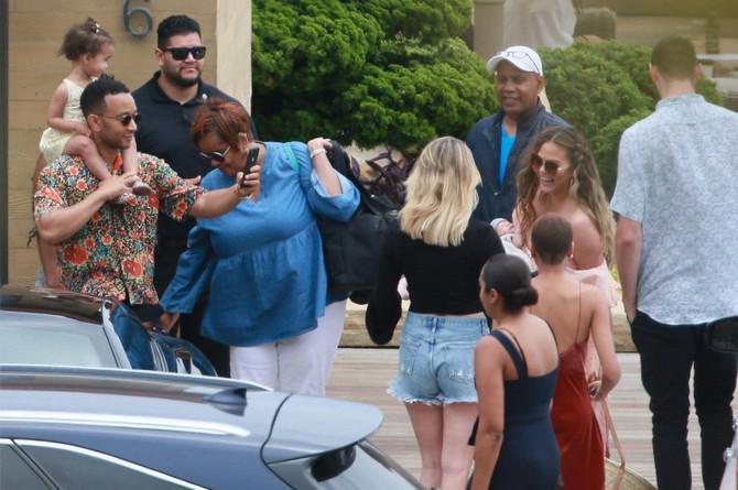 Krisi Tajgen sa porodicom i prijateljima
