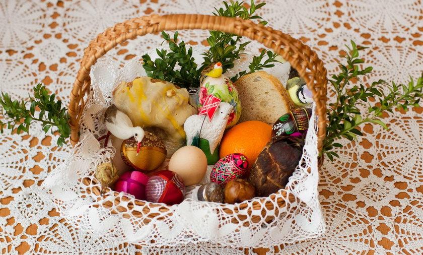 Tradycyjny koszyczek wielkanocny warto przygotować także w tym roku i poświęcić pokarmy w domu
