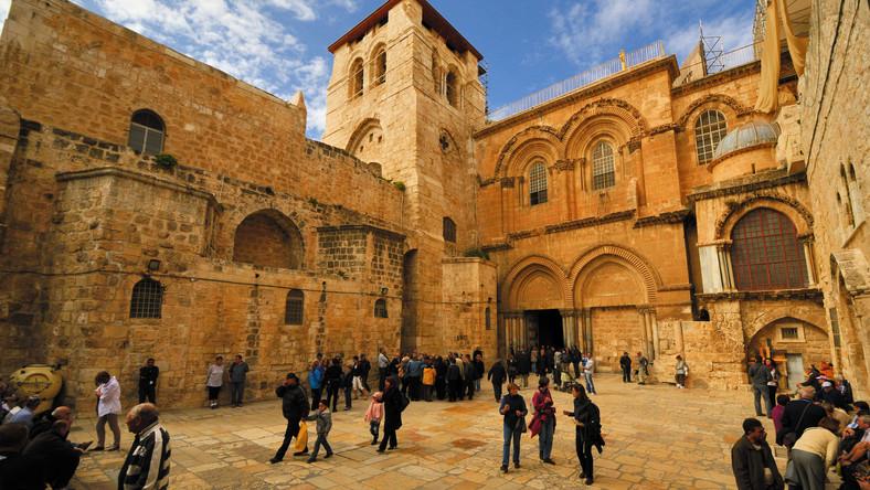 Stara Jerozolima, historyczne miasto zamknięte wśród spektakularnych murów obronnych, dzieli się na dzielnice chrześcijańską, żydowską, muzułmańską i ormiańską. Każda z nich ma trochę inny klimat, ale wszystkie są warte osobnego zwiedzania i w każdej notuje się tzw. syndrom jerozolimski. Niektórzy w otoczeniu tak wielu miejsc kultu przeżywają święte historie i utożsamiają się z postaciami ze swojej religii. Nie jest to niebezpieczne, choć parę razy zdarzyły nieprzyjemne sytuacje. W każdym razie dla chrześcijan najważniejsza jest Bazylika Grobu Świętego. Pierwsza świątynia powstała w tym miejscu w IV wieku za panowania cesarza Konstantyna. Wielokrotne niszczenie i odbudowywanie zmieniło jej wygląd, ale nie wartość symboliczną. Co niezwykle interesujące – Bazylika Grobu Świętego jest miejscem kultu wielu wyznań chrześcijańskich. Analogiczną funkcję pełni Ściana Płaczu, gdzie każdego sierpnia żydzi z całego świata opłakują zburzenie ich świątyni. Do Jerozolimy bez problemu można się dostać z lotniska w Tel Awiwie, podróż busem zajmuje około godziny. Ceny lotów są niższe przy rezerwacji z wyprzedzeniem: Tanie loty do Tel Awiwu.