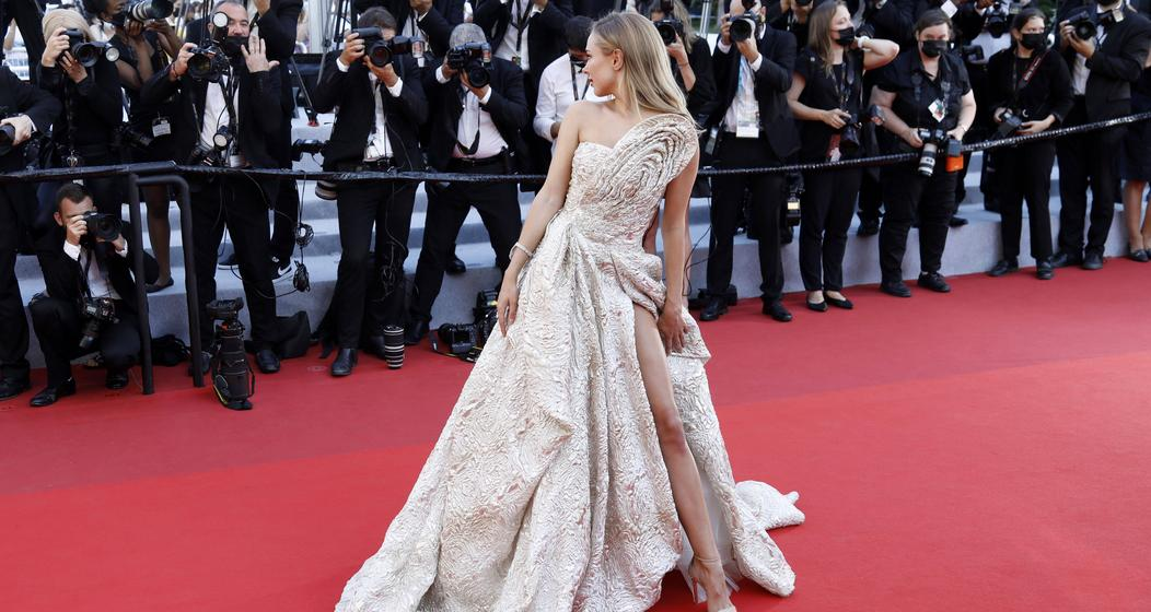 Designerin Kimberley Garner (30) in einer pompösen Robe mit hohem Beinschlitz.