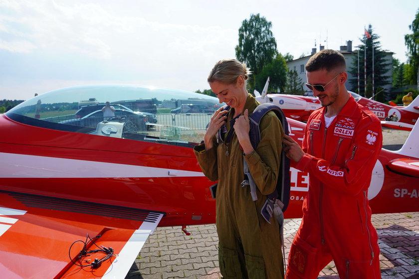 Małgorzata Hołub-Kowalik świetnie się bawiła, frunąc małym samolotem, który robił przeróżne akrobacje