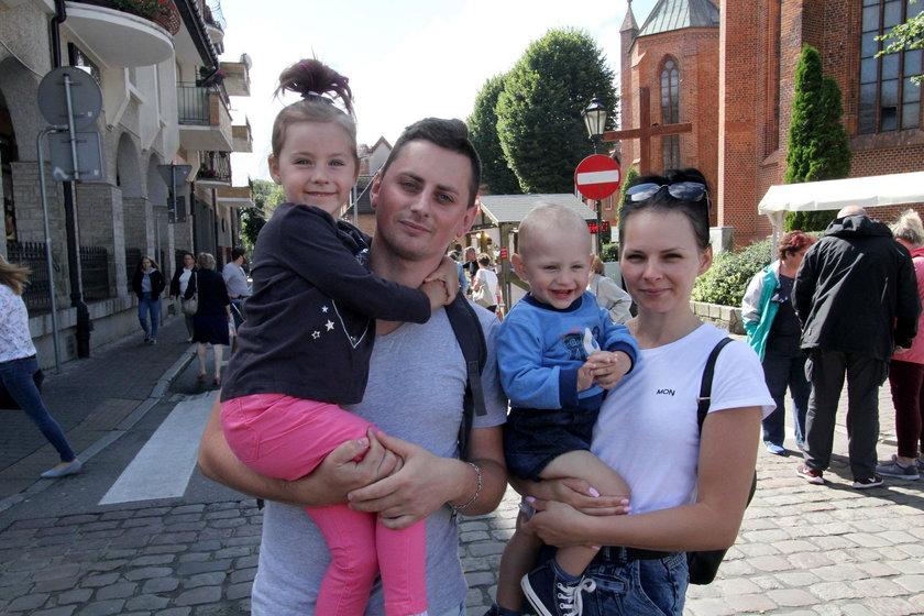 Amanda (28 l.) i Marcin (32 l.) Andrusieczko z córką Nikolą (5 l.) i synem Igorem (2 l.) z Kołobrzegu