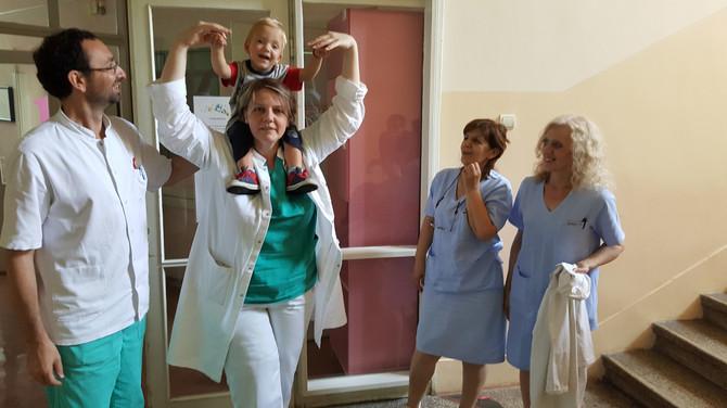 Ognjen sa medicinskim sestrama i dr Vekovićem i dr Sekulović, za koje mama kaže:
