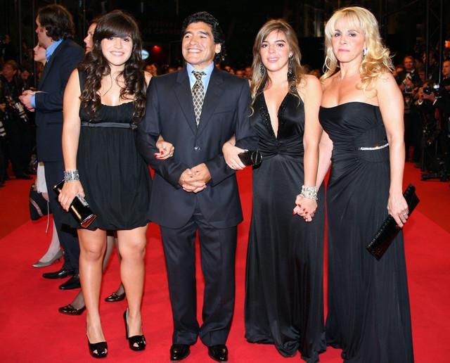 """Maradona sa ćerkama Đaninom (levo), Dalmom i bivšom suprugom Klaudijom na premijeri filma """"Maradona by Kusturica"""" 2008. u Kanu"""