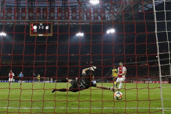 Trenutak kada Dušan Tadić postiže pogodak protiv Cvolea