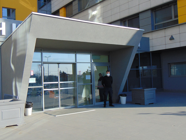 NIS08 Zgrada novog Klinickog centra u Nisu obezbedjenje KC nis sa maskom na licu foto Branko Janackovic