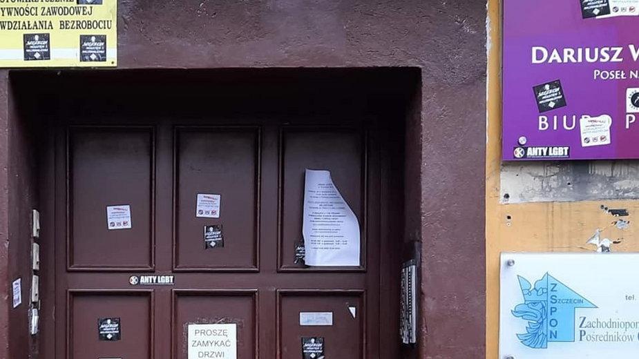 """""""Szczecin miastem nacjonalizmu"""". Ktoś zniszczył wejście do biura posła Lewicy"""