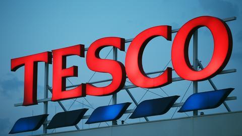 Tesco zmniejsza liczbę marketów oferujących e-zakupy w sześciu miastach