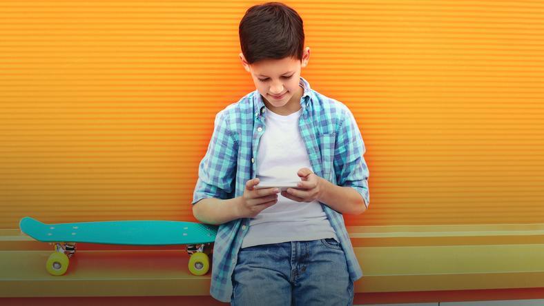 Pierwszy smartfon – jak mądrze dawkować dziecku nowe technologie?