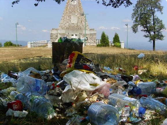 Za ruglo niko nije nadležan: Spomenik na Gučevu