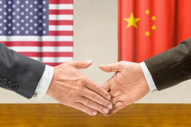 """Karne taryfy celne USA uderzają w produkty promowane przez chińskie władze w ramach strategii """"Made in China 2025"""". Na liście ponad 1300 chińskich towarów, które mogą zostać obciążone 25-procentowym cłem, znalazły się m.in. urządzenia i komponenty stosowane w medycynie, transporcie i produkcji przemysłowej."""