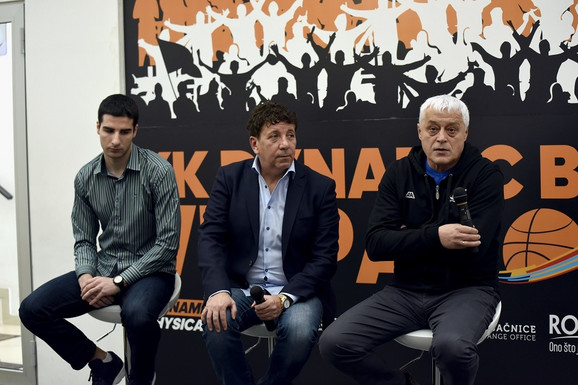 Nikolić (desno) sa zlatnim orlićem Vukom Vulikićem i, u sredini, vlasnikom i predsednikom KK Dinamik, Veliborom Jojićem