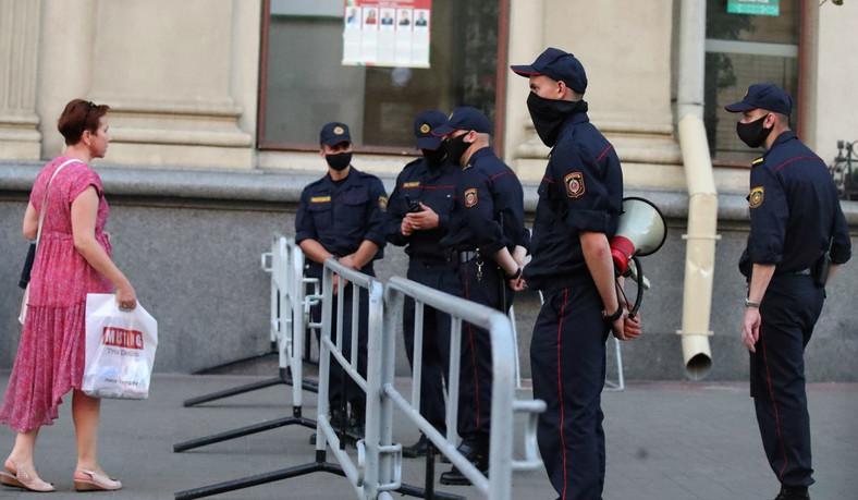Wieczorem w Mińsku czuć było napięcie. Policja i policyjne siły specjalne blokowały ulice wiodące do placów, gdzie mieli się gromadzić demonstranci. Nie działały komunikatory internetowe.