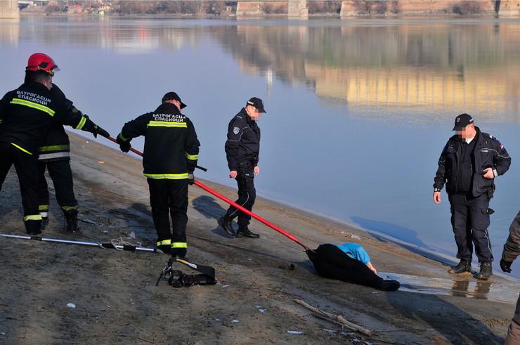 Novi Sad utopljena zena  foto Robert Getel (4)