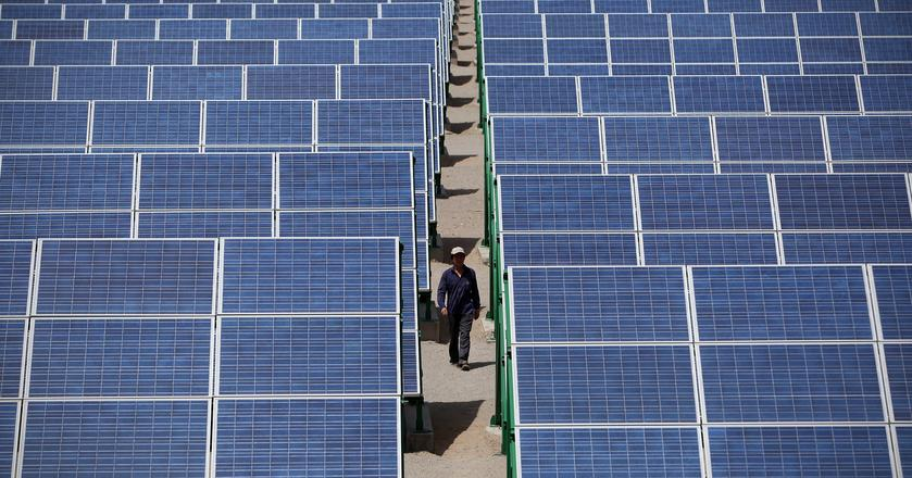 Panele na terenie elektrowni słonecznej w prowincji Gansu