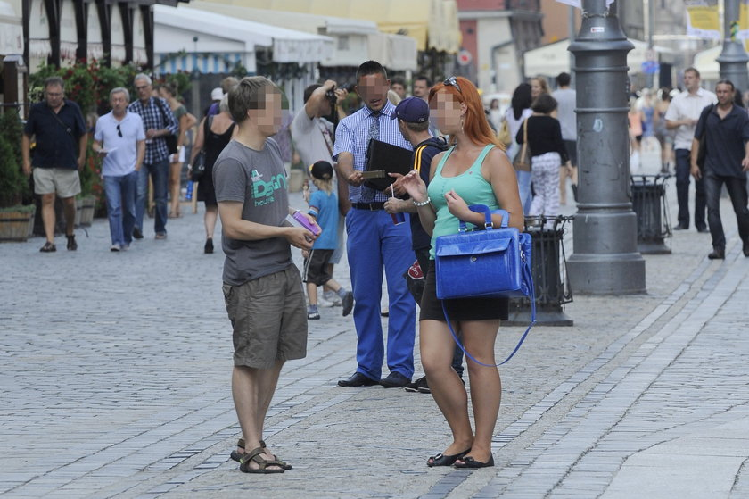 Kobieta próbuje sprzedać perfumy mężczyźnie