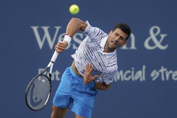 Novak Đoković servira tokom polufinala mastersa u Sinsinatiju u kome je izgubio od Danila Medvedeva