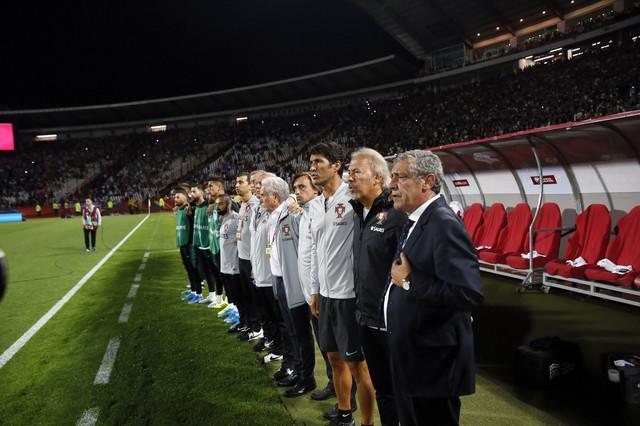 """Santoš sa stručnim štabom Portugala i rezervnim igračima tokom intoniranja himne na stadionu """"Rajko Mitić"""""""