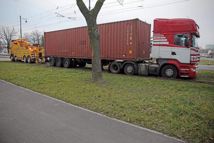 TIR na torowisku w Łodzi. Policja: miał cofnięty licznik?