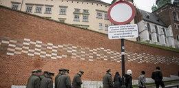 """Nowy """"znak drogowy"""" na Wawelu. Policja szuka autora napisu"""