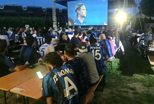 Navijači FK Atalanta prate u Bergamu prenos utakmice iz Lisabona