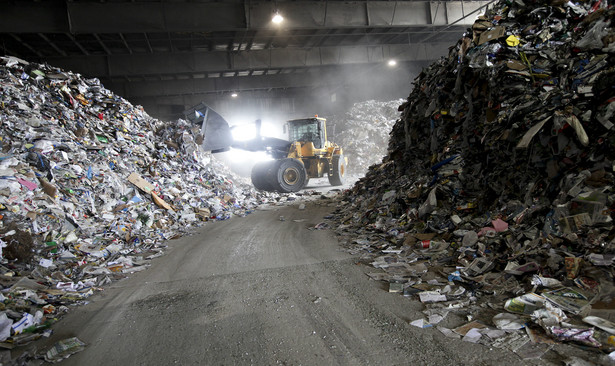 Ministerstwo Środowiska przygotowało nową ustawę o odpadach. Resort chce, aby władztwo nad odpadami przejęły gminy. Mają wybierać w przetargach firmy, którym zlecą wykonanie zadań. Pomysł nie podoba się przedsiębiorcom.