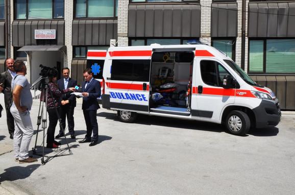 """Nikola Bizel iz Delegacije Evropske unije uručio medicinsko vozilo Domu zdravlja """"Tutin"""""""