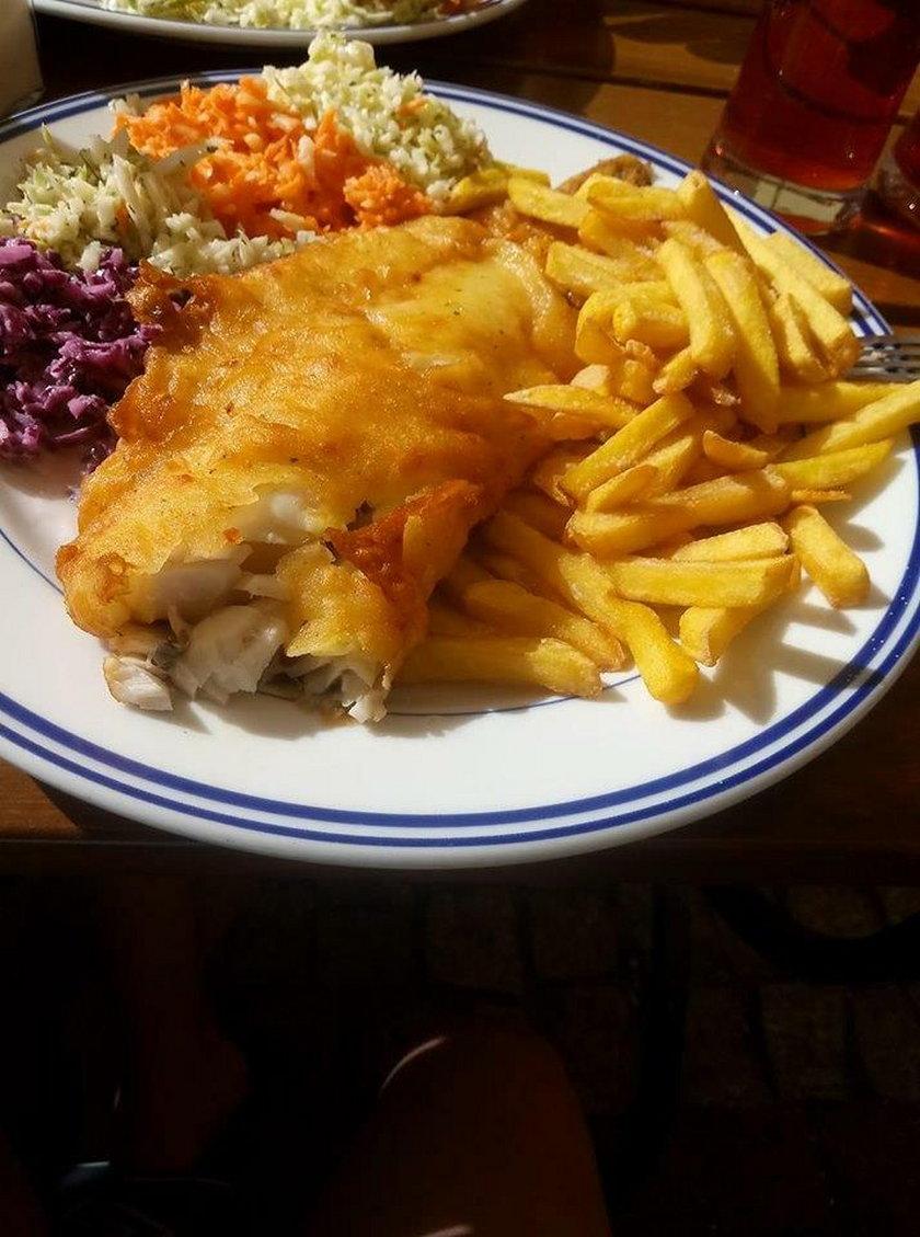 Ryba z frytkami i surówką - najpopularniejsze danie nad morzem