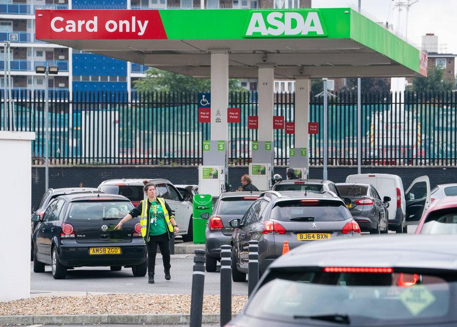 Kolejki przed stacjami benzynowymi na Wyspach Brytyjskich
