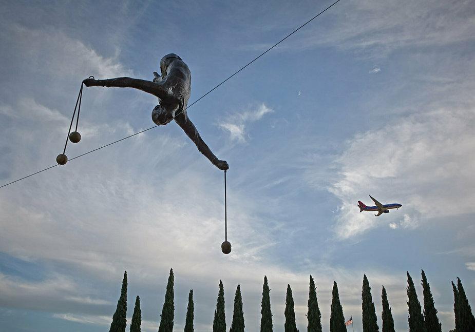 Zdają się przeczyć prawom fizyki: wiszące rzeźby Jerzego Kędziory