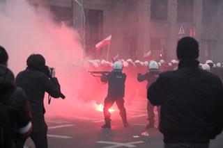 Marsz Niepodległości: Podpalone mieszkanie, zdewastowany sklep, w stronę policjantów poleciały kamienie