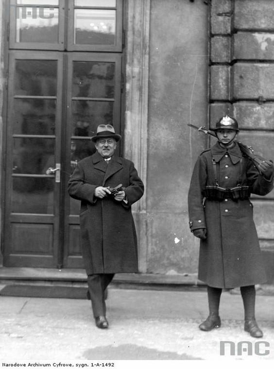 Prof. Kazimierz Bartel opuszcza Zamek Królewski po audiencji u prezydenta RP Ignacego Mościckiego (3 marca 1934 r.)